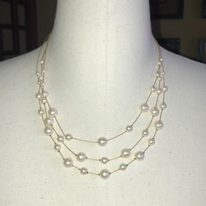 Jewelry - Pretty little necklace with gold and pearls.